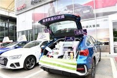 汽车节活动期间,顾客前来体验、购车
